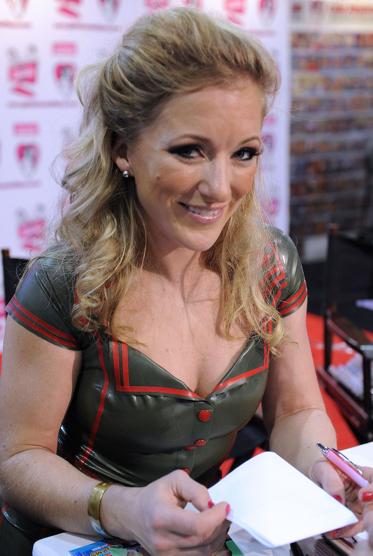 File:Dia Zerva at AVN Adult Entertainment Expo 2011.jpg