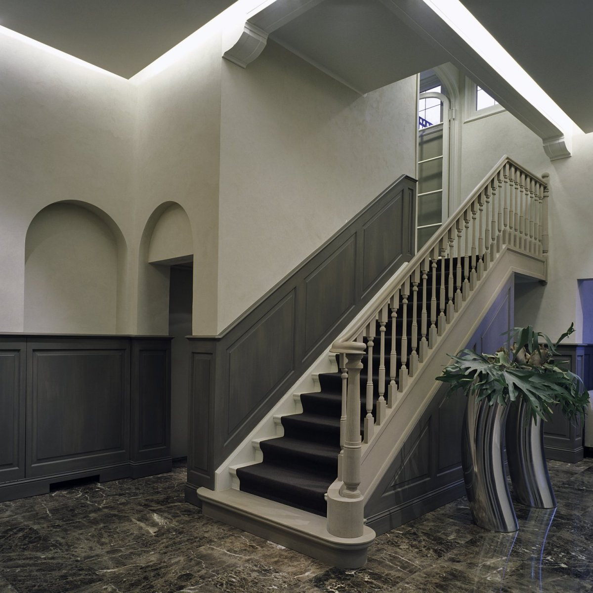 File:Interieur, overzicht van de hal met lambrisering en trap - Vught ...