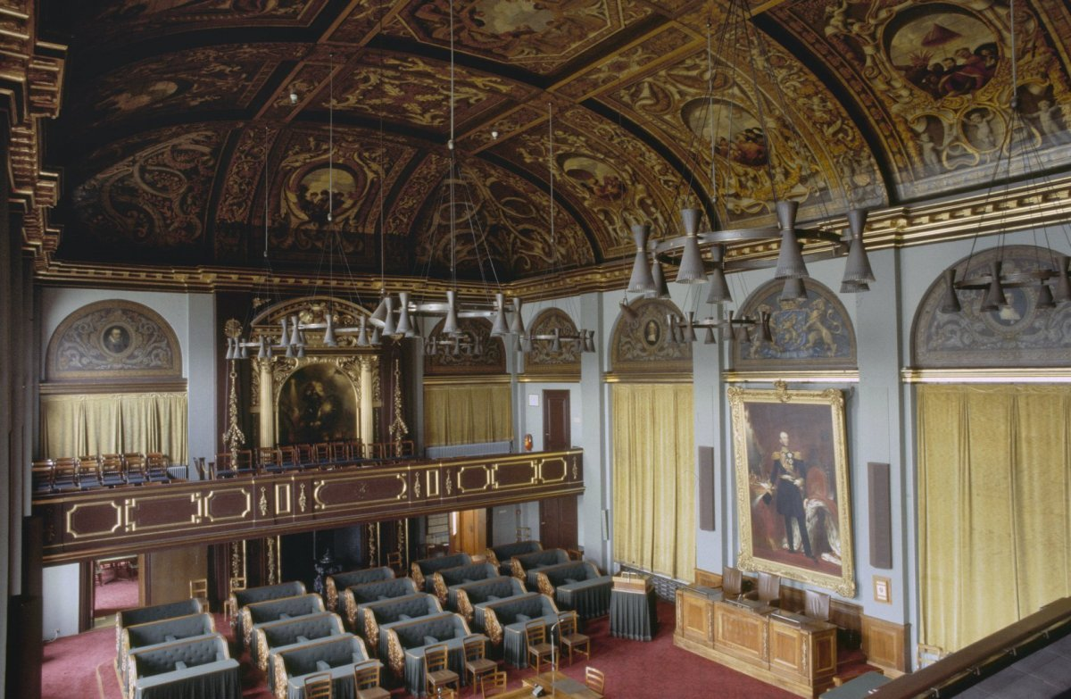 File interieur vergaderzaal van de eerste kamer met for Kamer interieur
