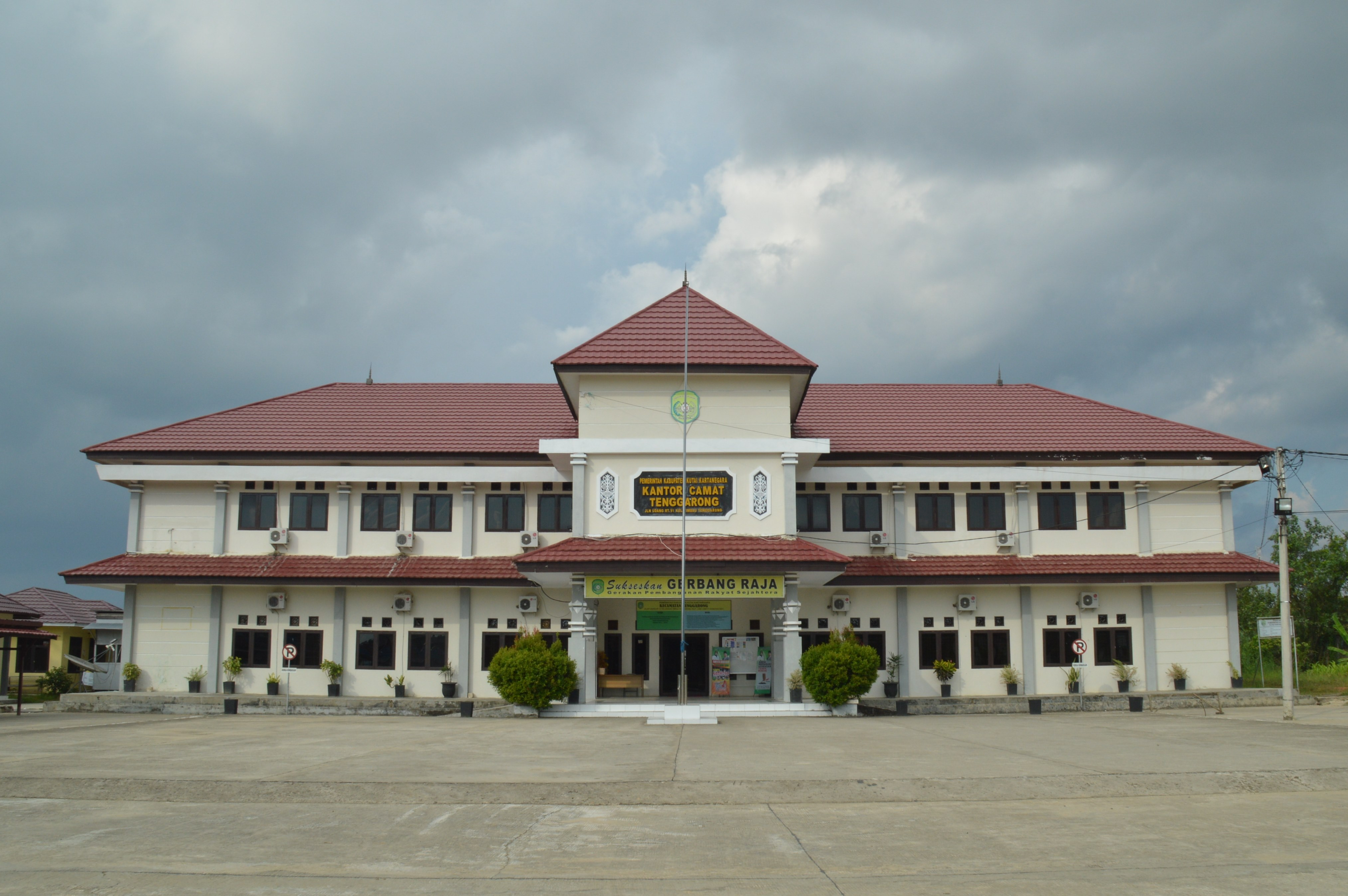 File:Kantor Kecamatan Tenggarong, Kutai Kartanegara.jpg ...