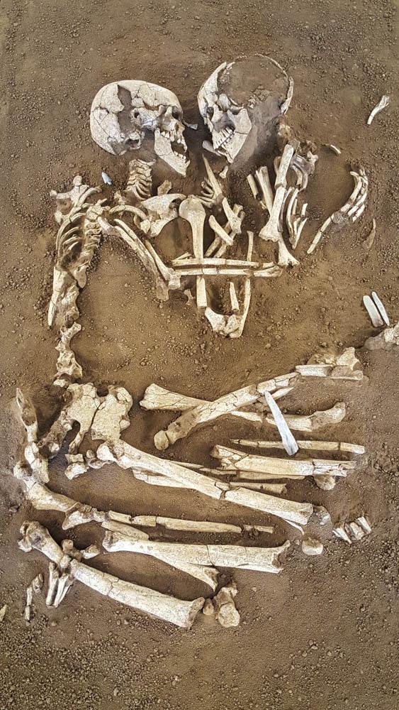 Чи говорять археологам сплетені в обійми скелети про кохання до смерті?
