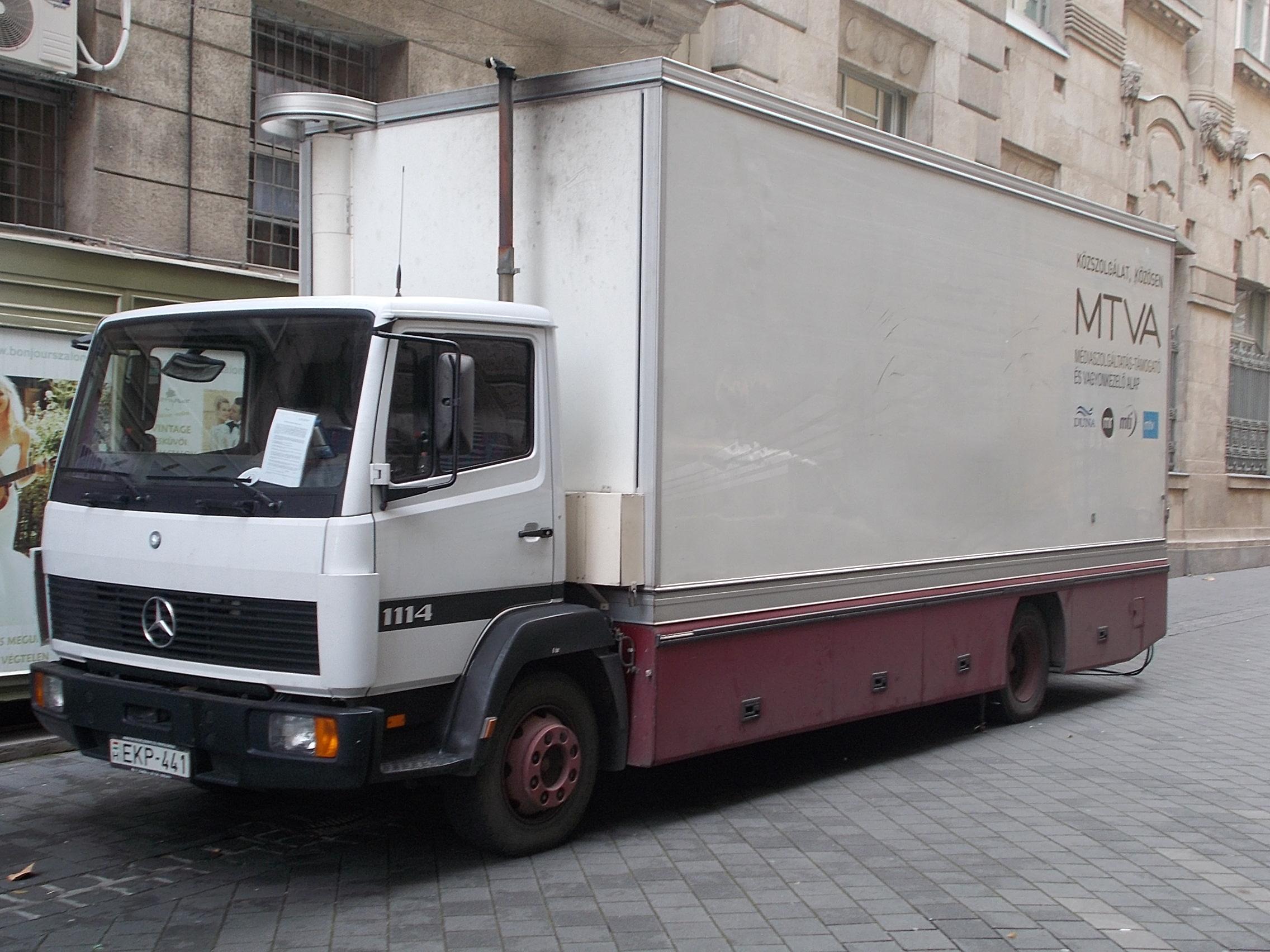 File:Mercedes-Benz 1114 közvetítőkocsi a Liszt Ferenc Zeneakadémiánál,  Dohnányi utca, 2016