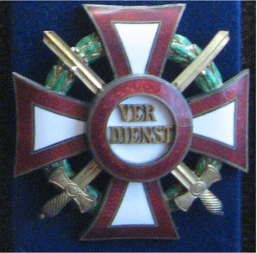Militärverdienstkreuz mit Kriegsdekoration und Schwertern.jpg