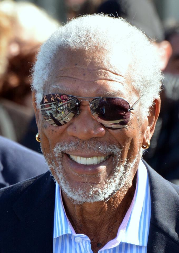 Foto de Morgan Freeman sonriendo con gafas de sol.