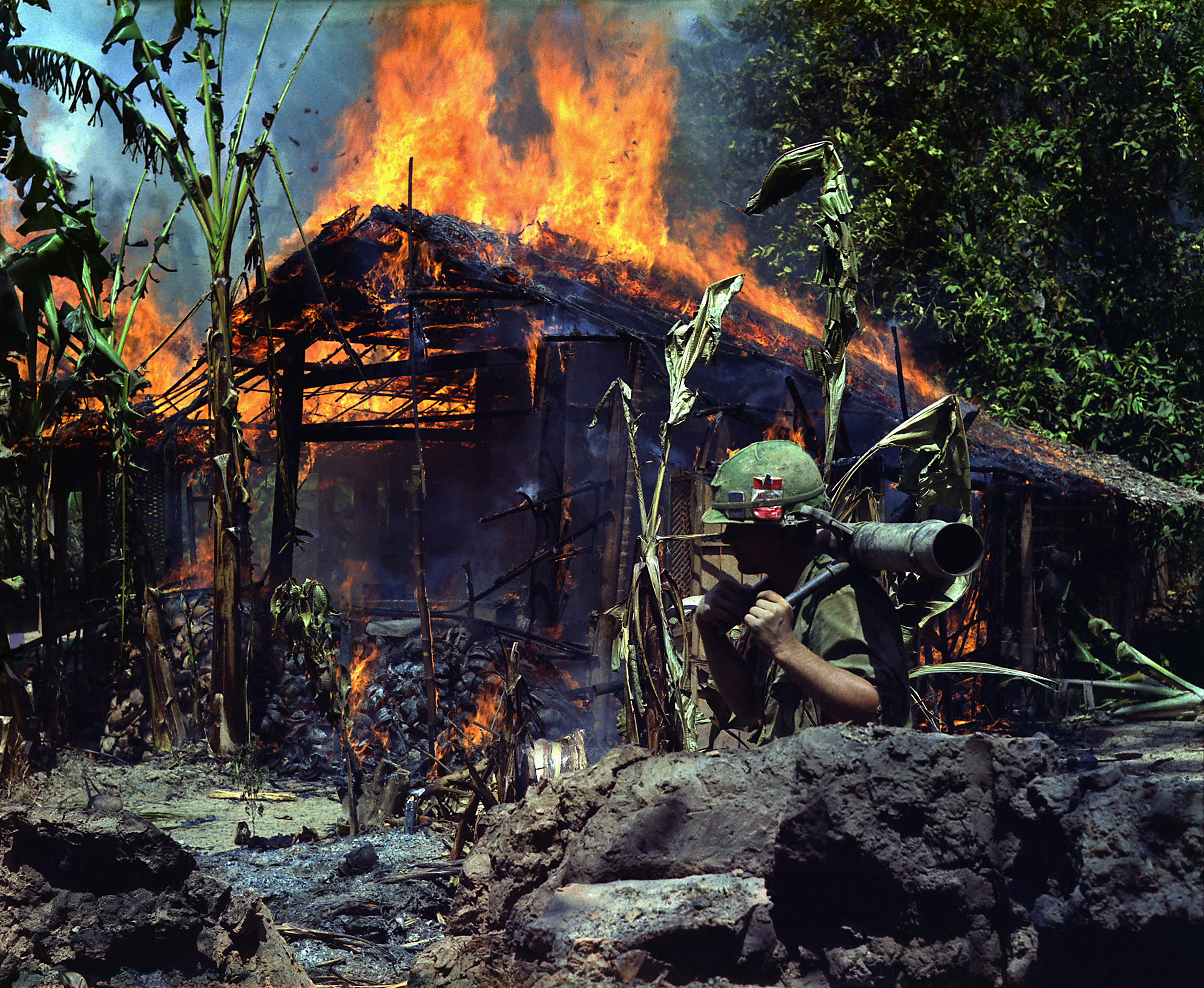 Brennendes Vietcong-Camp in My Tho, Vietnam