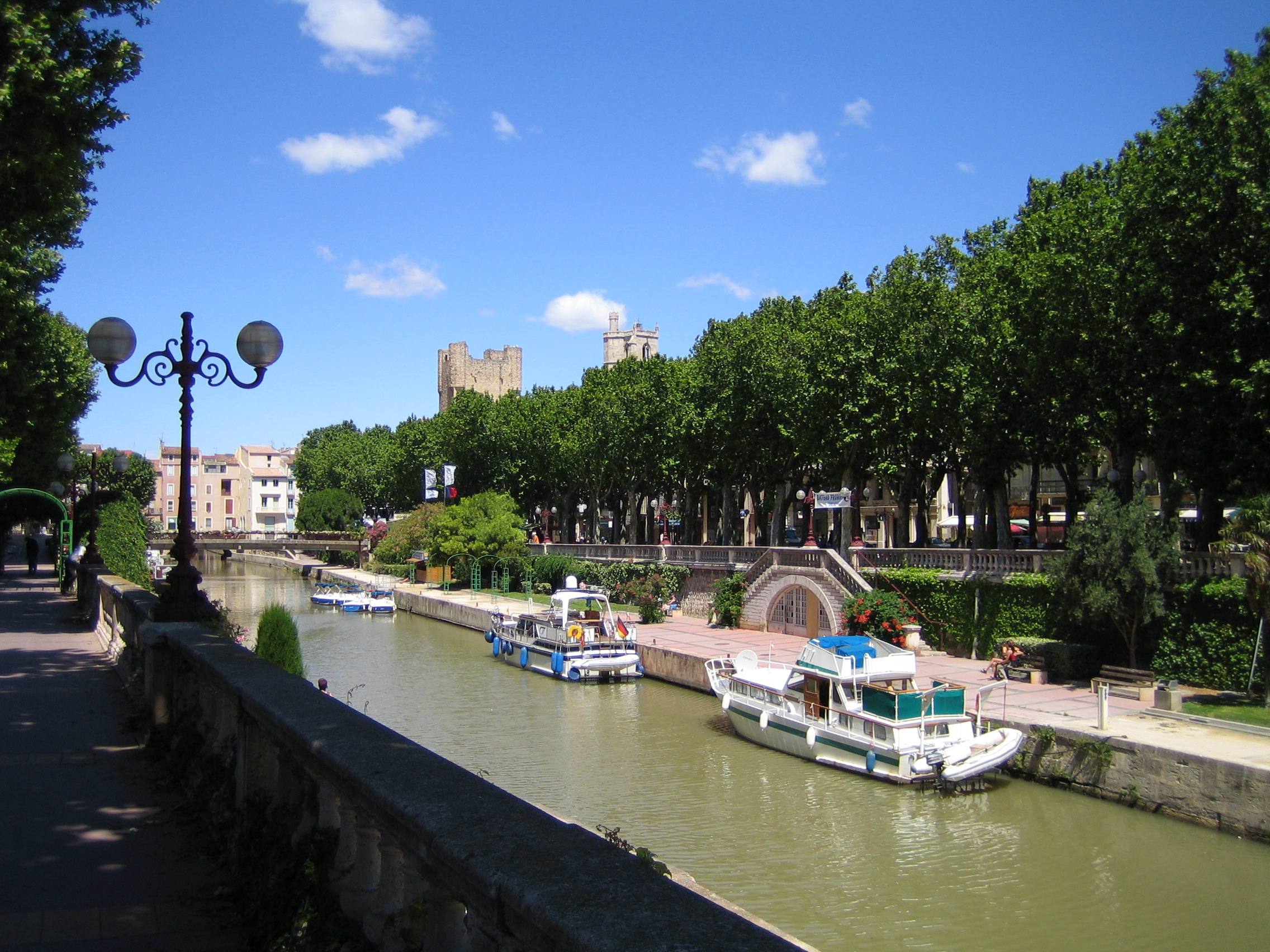 http://upload.wikimedia.org/wikipedia/commons/e/e4/Narbonne_canal.jpg