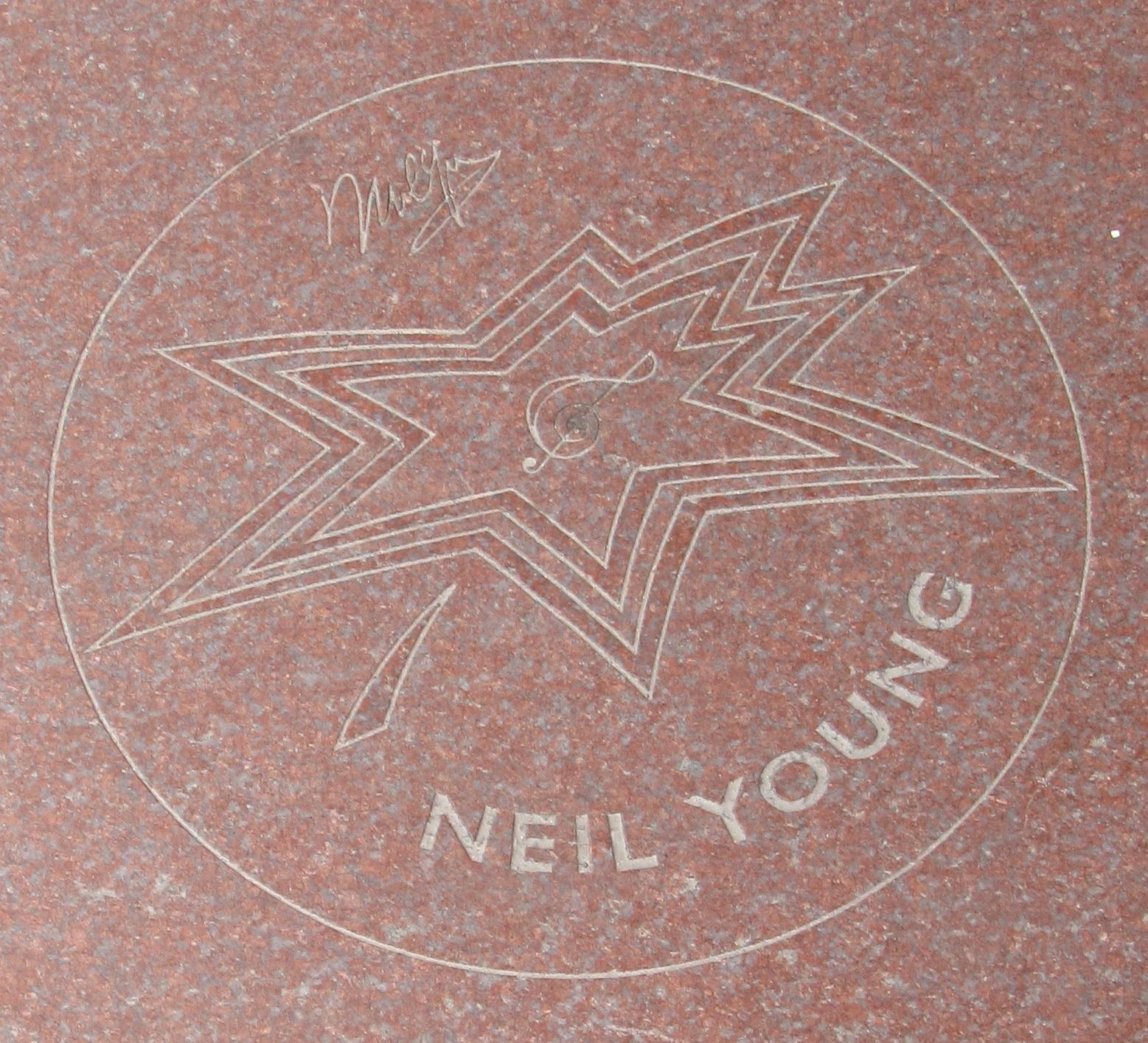 Placa de Neil Young en el Paseo de la Fama de Canadá.