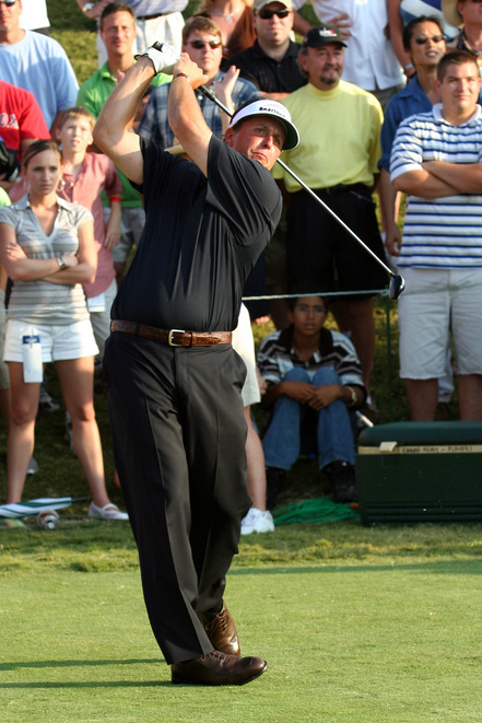 Leader Phil Mickelson teeing off on the 18th h...