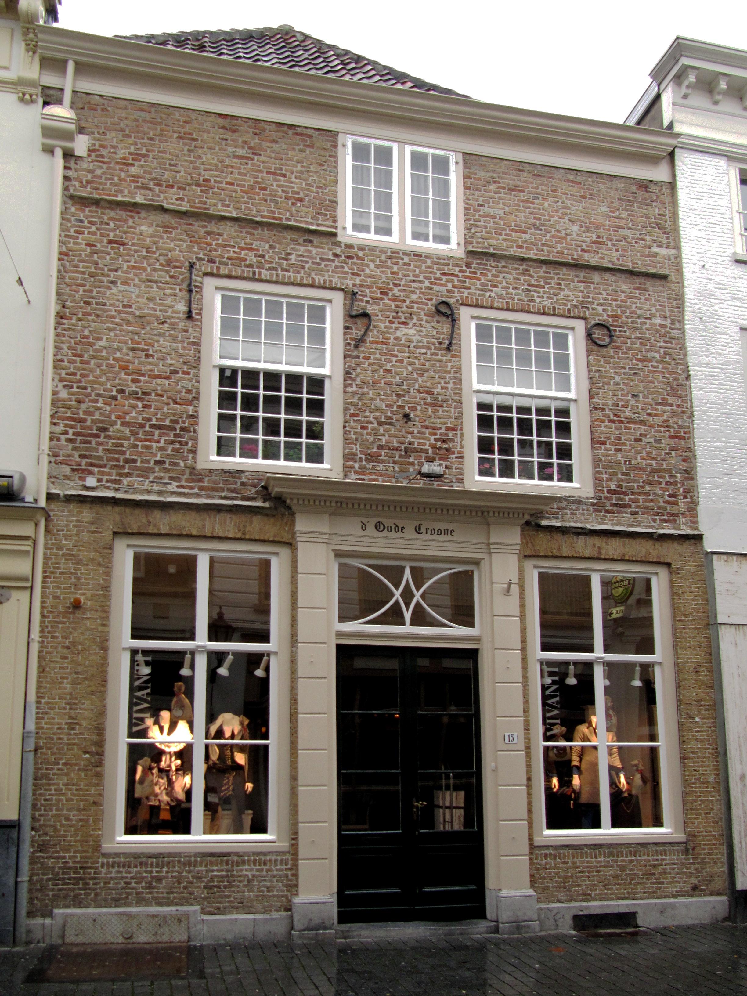 Huis met lijstgevel in schoon werk ingang met kroonlijst op geblokte pilasters en jaarankers - Huis ingang ...