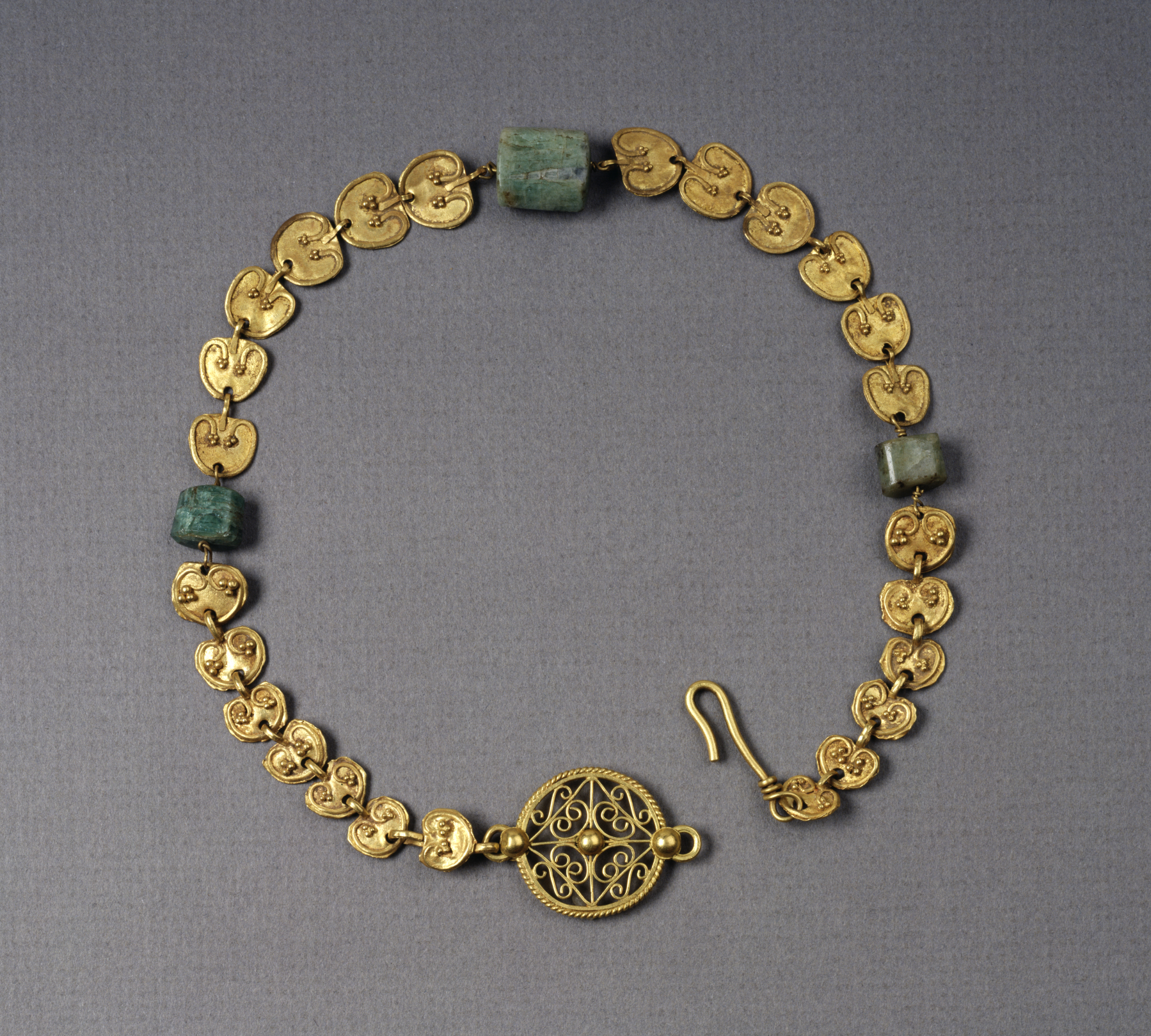 File roman gold necklace with heart shaped plaques for Riproduzioni design