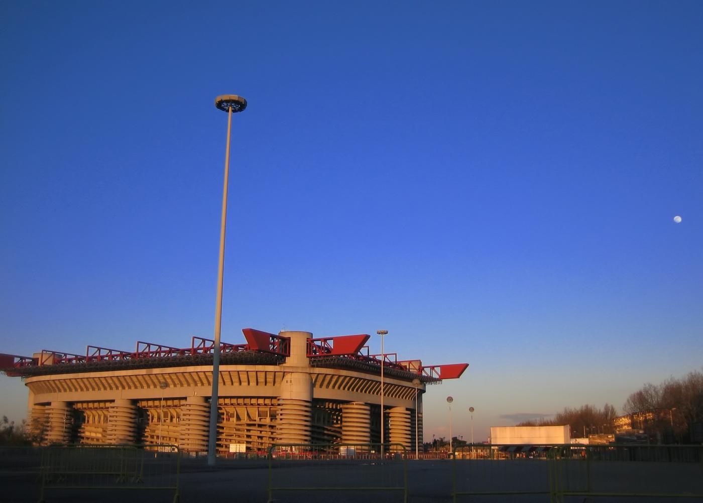 http://upload.wikimedia.org/wikipedia/commons/e/e4/Stadio_San_Siro_-_Giuseppe_Meazza,_Milano.jpg