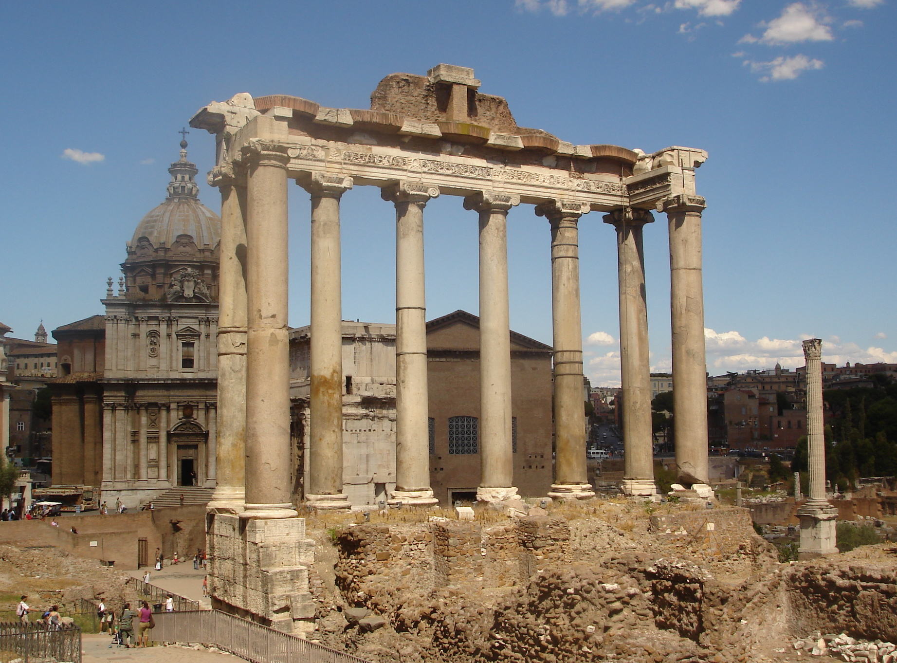 http://upload.wikimedia.org/wikipedia/commons/e/e4/Templo_de_Saturno.JPG