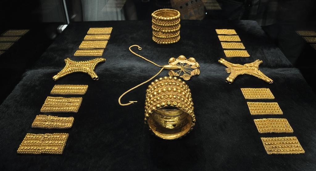File:Tesoro del Carambolo - Museo Arqueológico de Sevilla.jpg ...