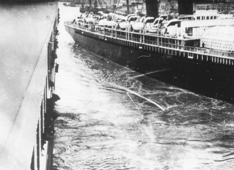 Le Titanic et le New York (Wikimedia Commons)