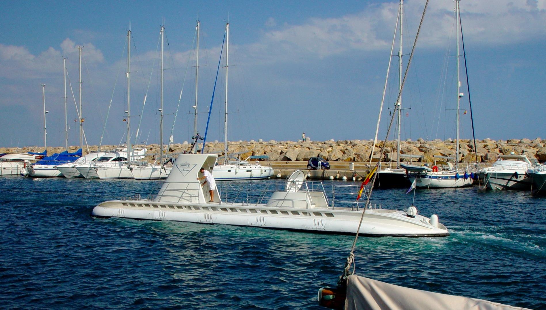 Touristen-U-Boot Nemo beim Einlaufen in den Hafen von Portals Nous auf der Baleareninsel Mallorca