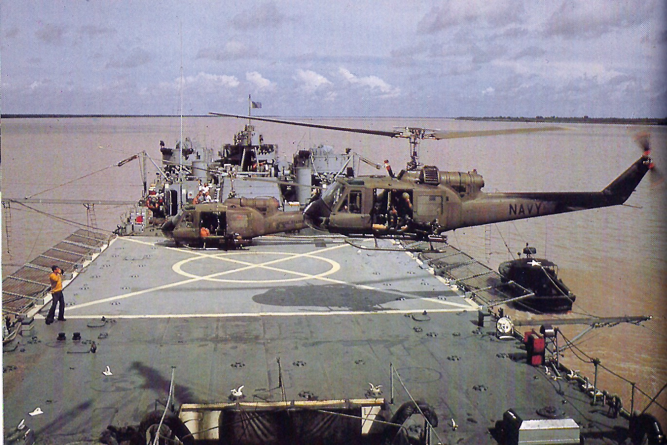 helicopters of the vietnam war with File Uh 1e Hal 4 Lst 821 Oct1967 on 10165968906 likewise No furthermore Bell UH 1D Iroquois MARINES 197136254 additionally Bell 204 uh 1c huey together with File UH 1E HAL 4 LST 821 Oct1967.