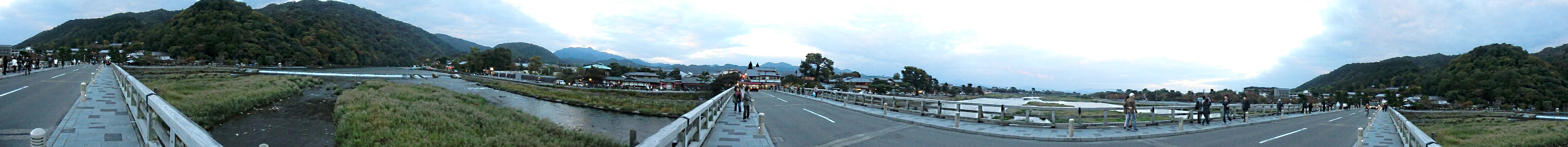 https://upload.wikimedia.org/wikipedia/commons/e/e4/View_from_TogetsuKyo_Bridge_360.JPG