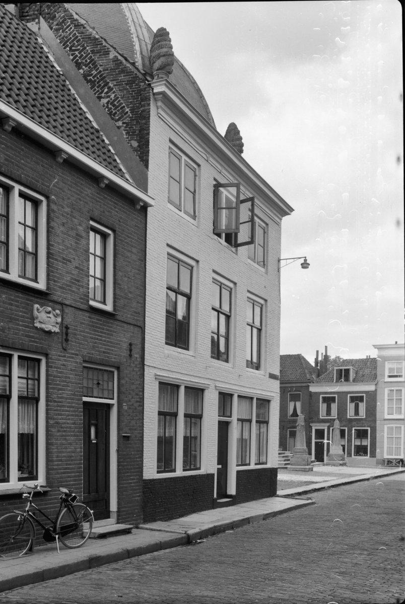 Huis met geverfde rechte gevel in lijst gedateerd 1727 in for Lijst inrichting huis