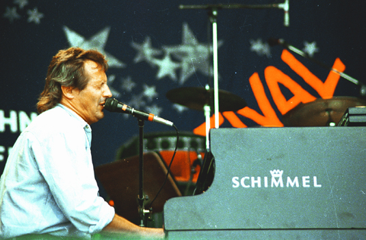 "Konstantin Wecker (Concert, 1986)Konstantin Alexander Wecker (born June 1, 1947, Munich) is  German singer-songwriters (""Liedermacher""); he also works as a composer, author, and actor."