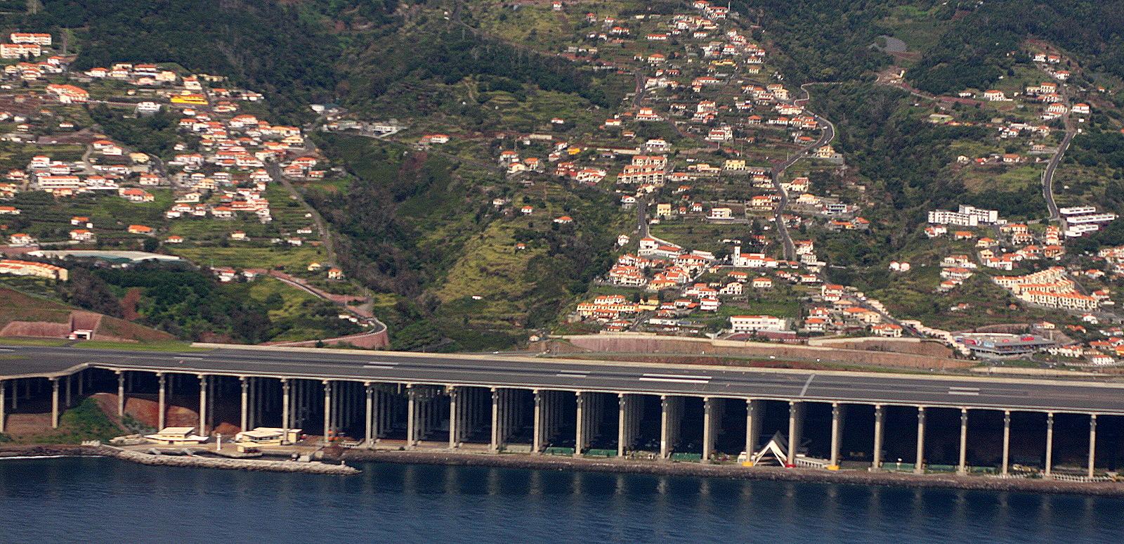 Aeroporto Madeira : File aeroporto da madeira runway g wikimedia commons