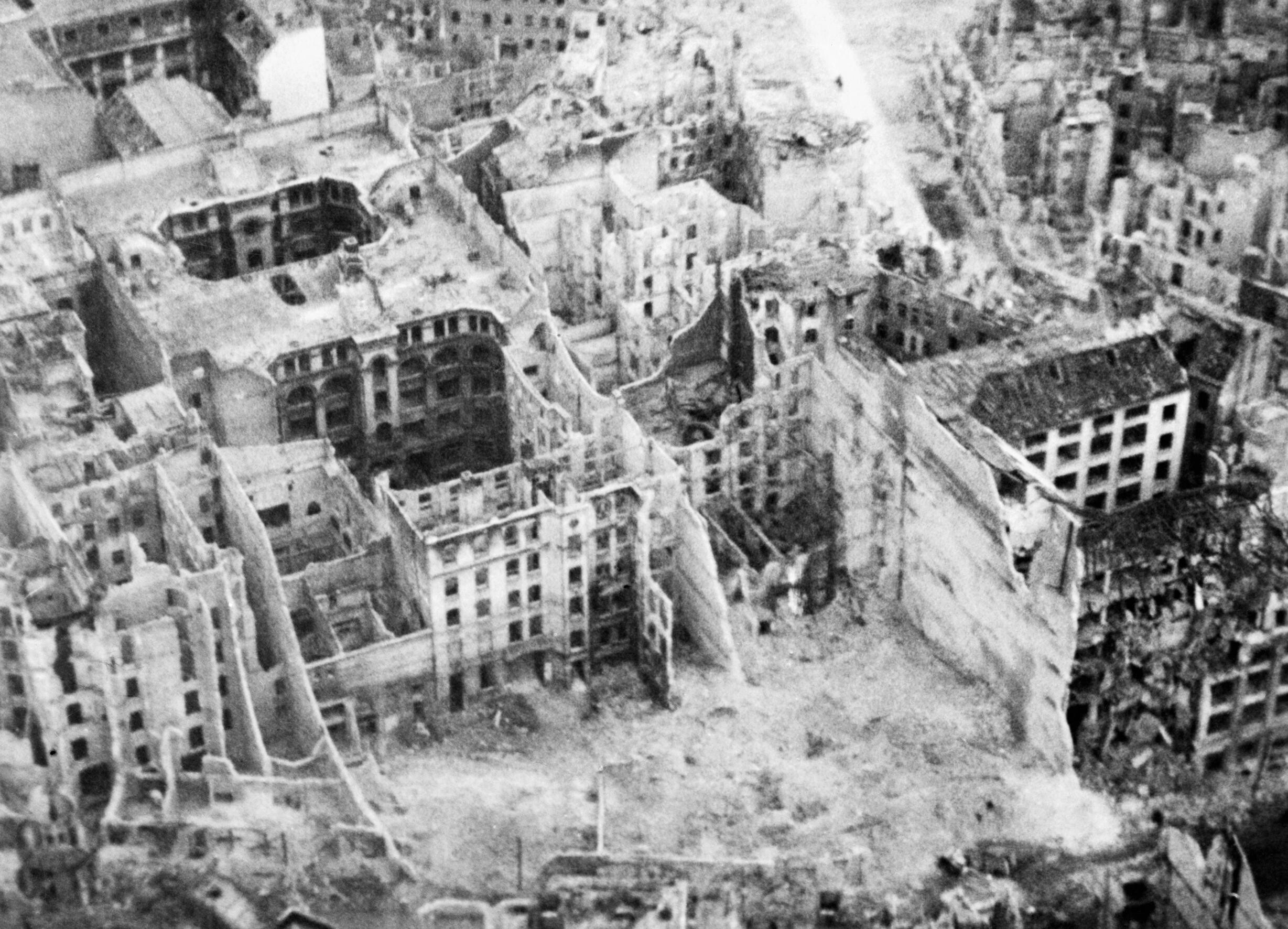 a description of the aftermath of the second world war around the world Description: 2001 ap us history dbq on cold war: what were the cold war fears of the american people in the aftermath of the second world warhow successfully did the administration of president dwight d eise.
