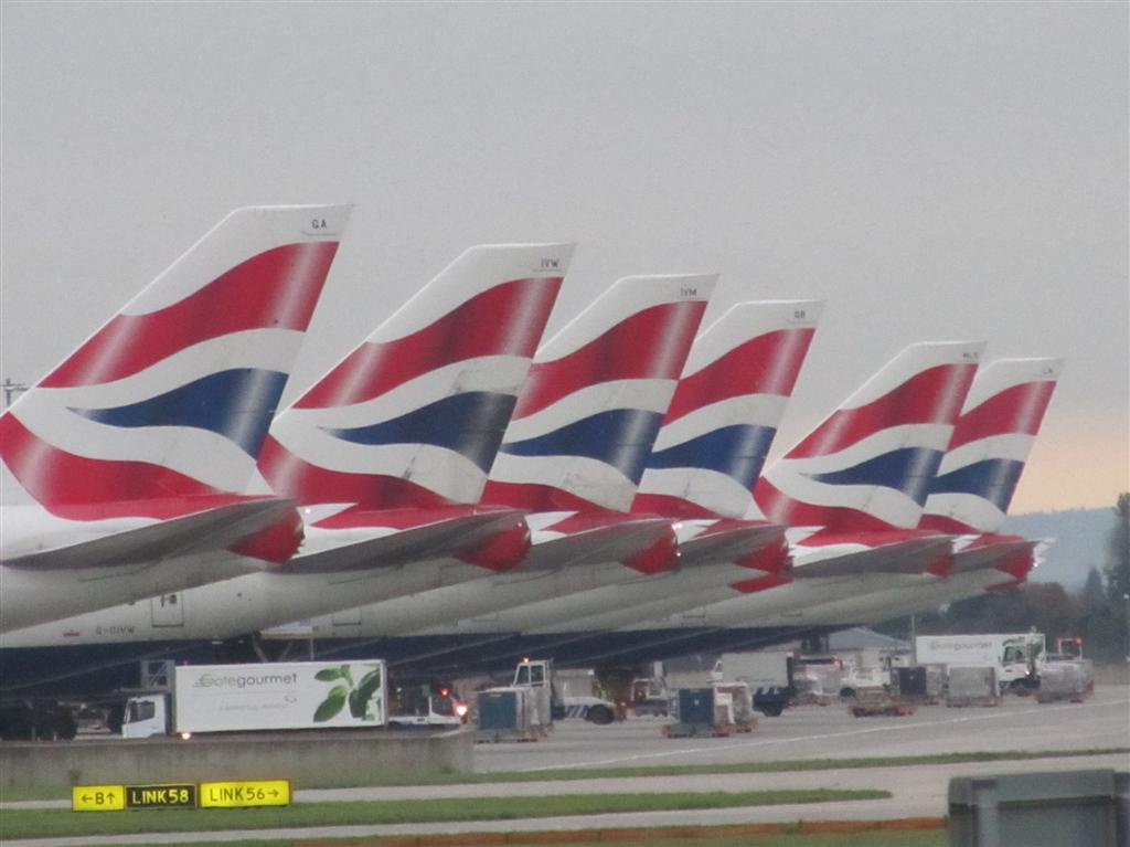 https://upload.wikimedia.org/wikipedia/commons/e/e5/British_Airways_Boeing_747-400_tails_at_Heathrow.jpg