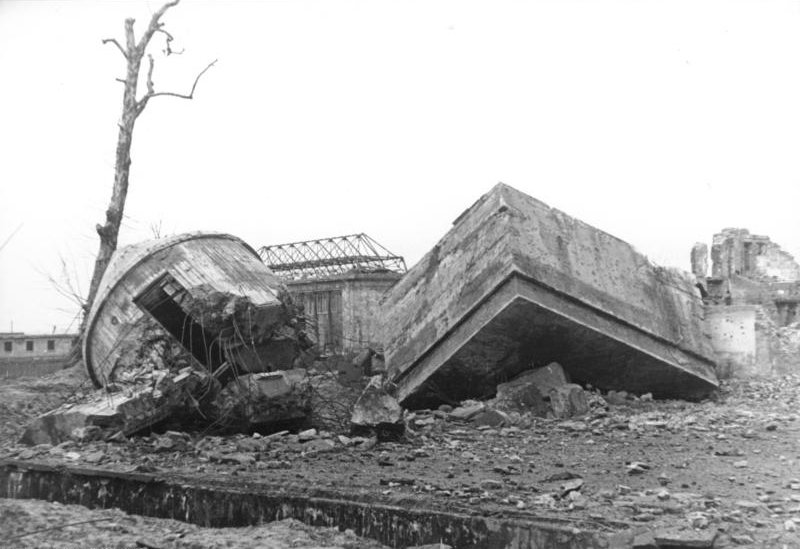 Bundesarchiv Bild 183-M1204-319, Berlin, Reichskanzlei, gesprengter F%C3%BChrerbunker.jpg