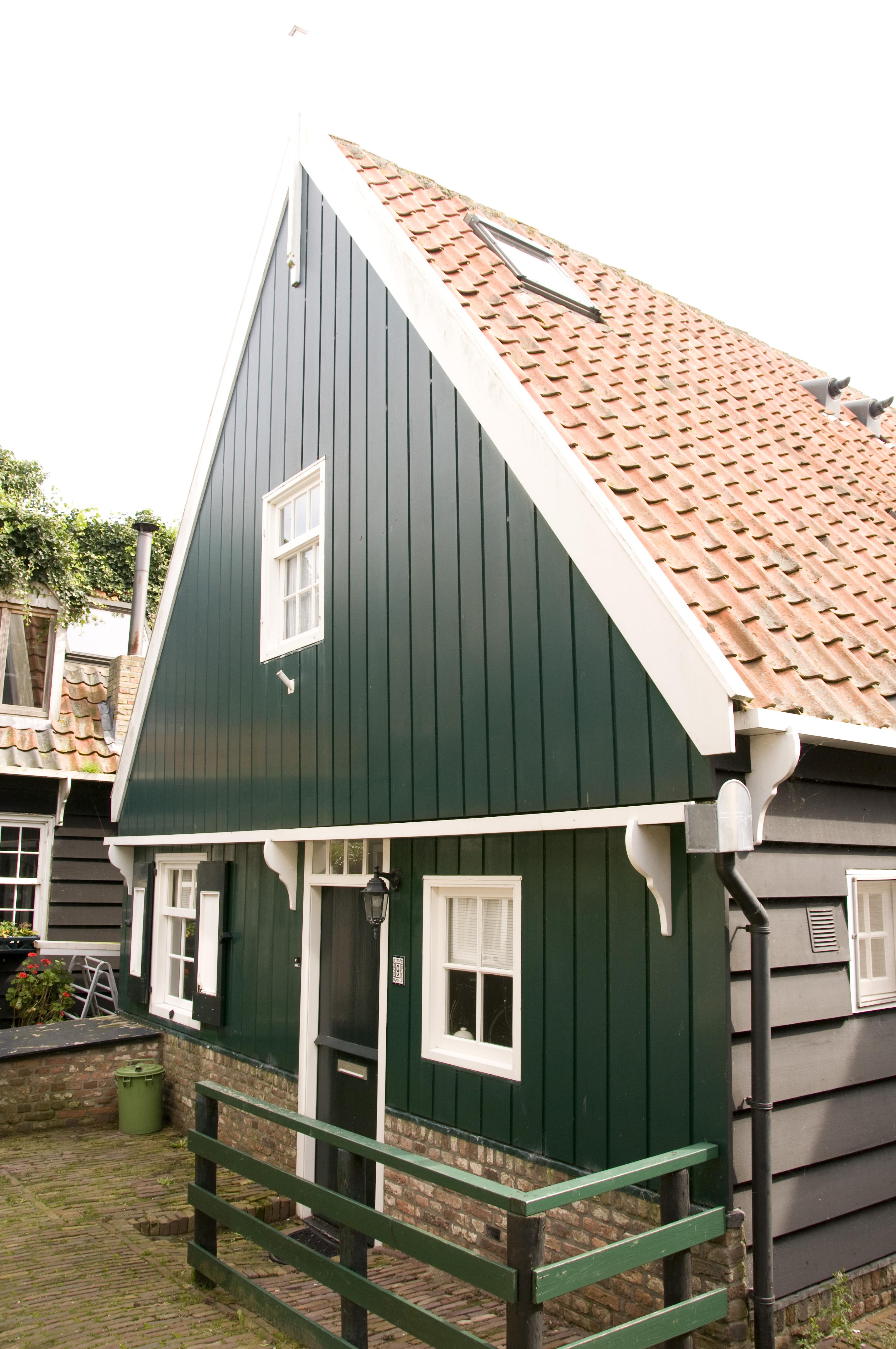 Houten huis met topgevel en daklijsten op consoles in marken monument for Hout huis