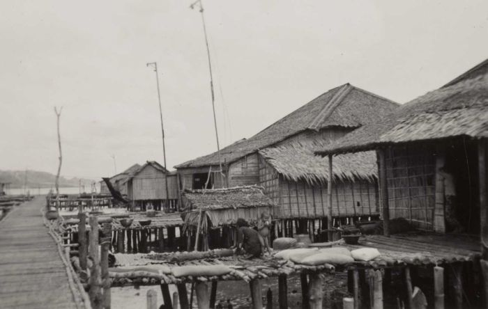 File:COLLECTIE TROPENMUSEUM Het drogen van trassi in het paaldorp Moetean in de Segara Anakan (Kinderzee) TMnr 60051122.jpg