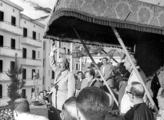 Franco_dando_un_discurso_en_%C3%89ibar_en_1949.jpg
