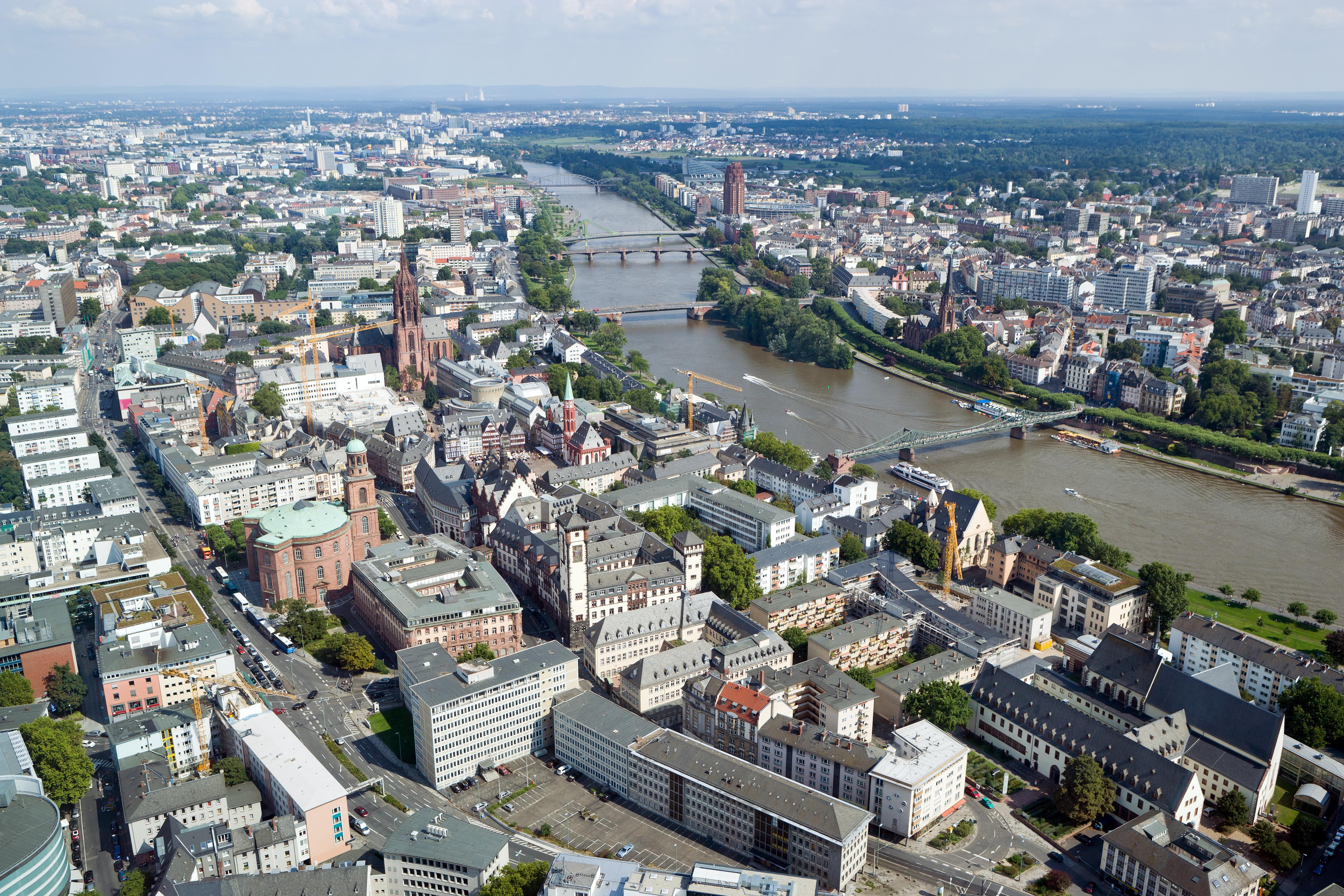 datei frankfurt am main altstadt und sachsenhausen mit main ansicht vom commerzbank tower. Black Bedroom Furniture Sets. Home Design Ideas