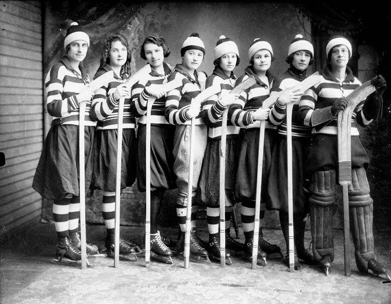 A women's ice hockey team in 1921; public domain