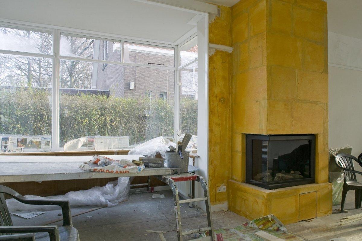 File interieur begane grond gedeelte van woonkamer met betegelde schoorsteenmantel - Interieur woonkamer ...