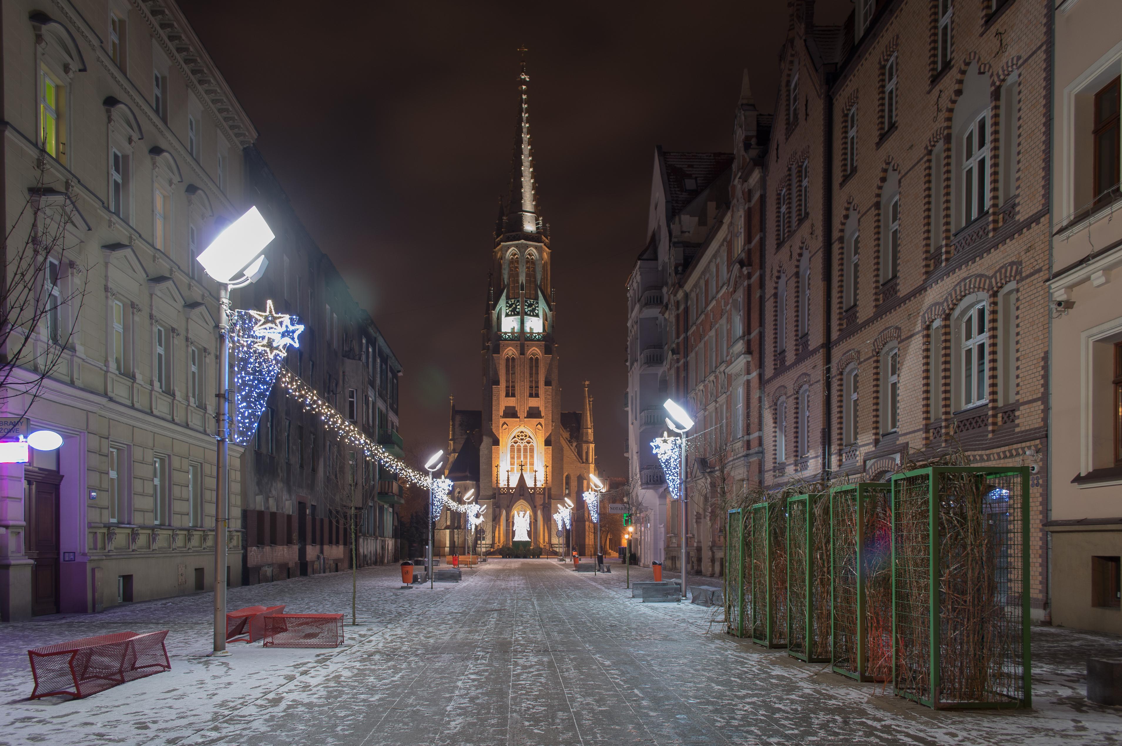 Kościół Mariacki zimowym wieczorem (widok z ul. Mariackiej)
