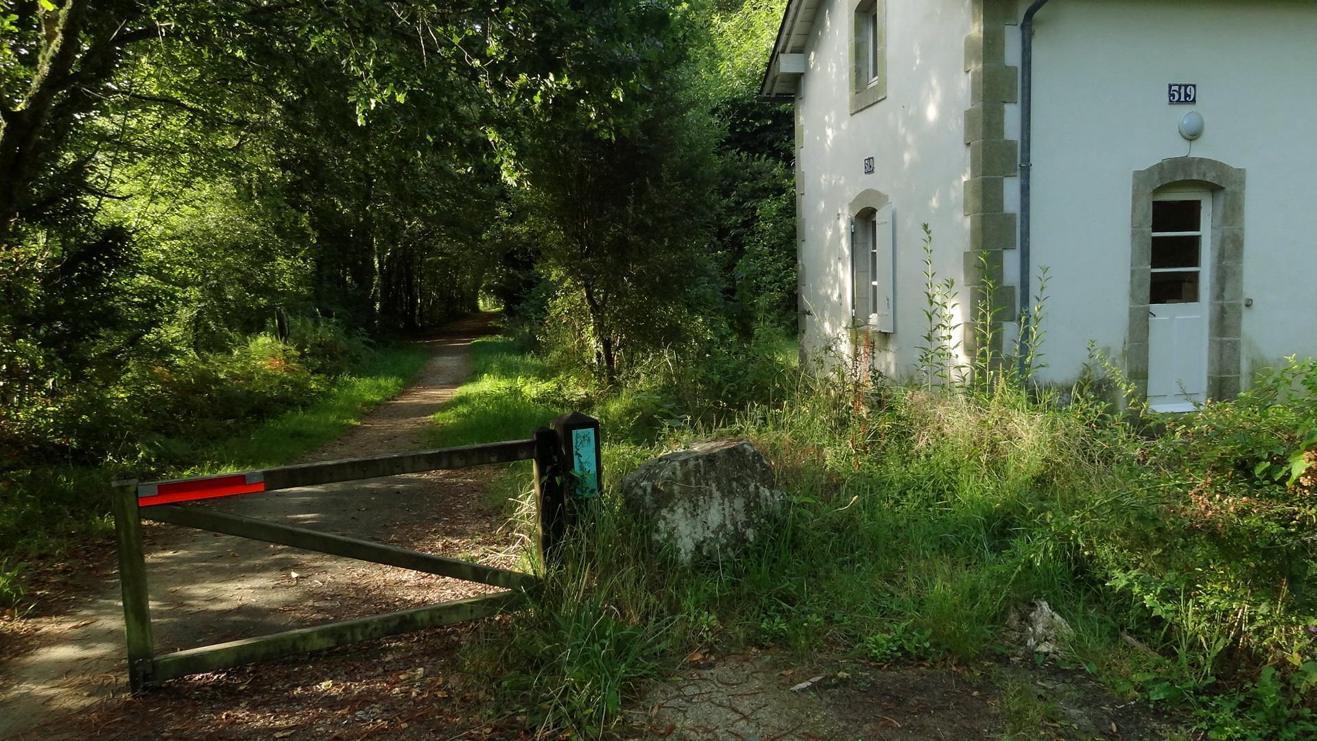 Fichier maison garde barri re sur voie verte de guengat for Barriere maison