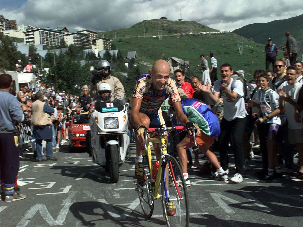 English: Picture of Marco Pantani on the way t...