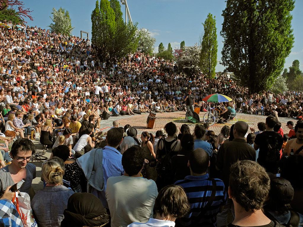 Karaoké au Mauerpark à Berlin par une belle journée ensoleillée - Photo de Alexander Puell