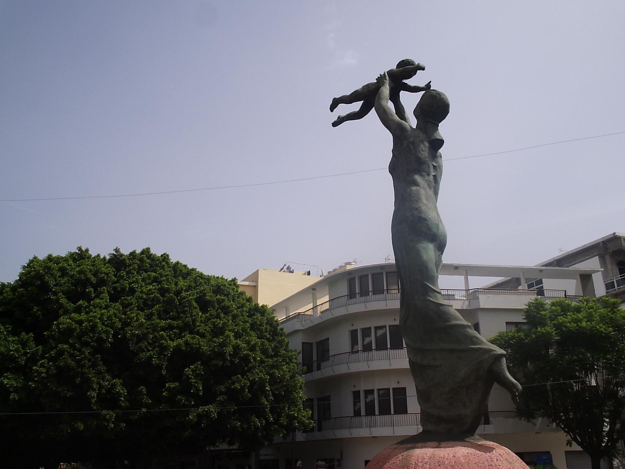 File:Monumento a la Madre - Pereda de Castro.JPG