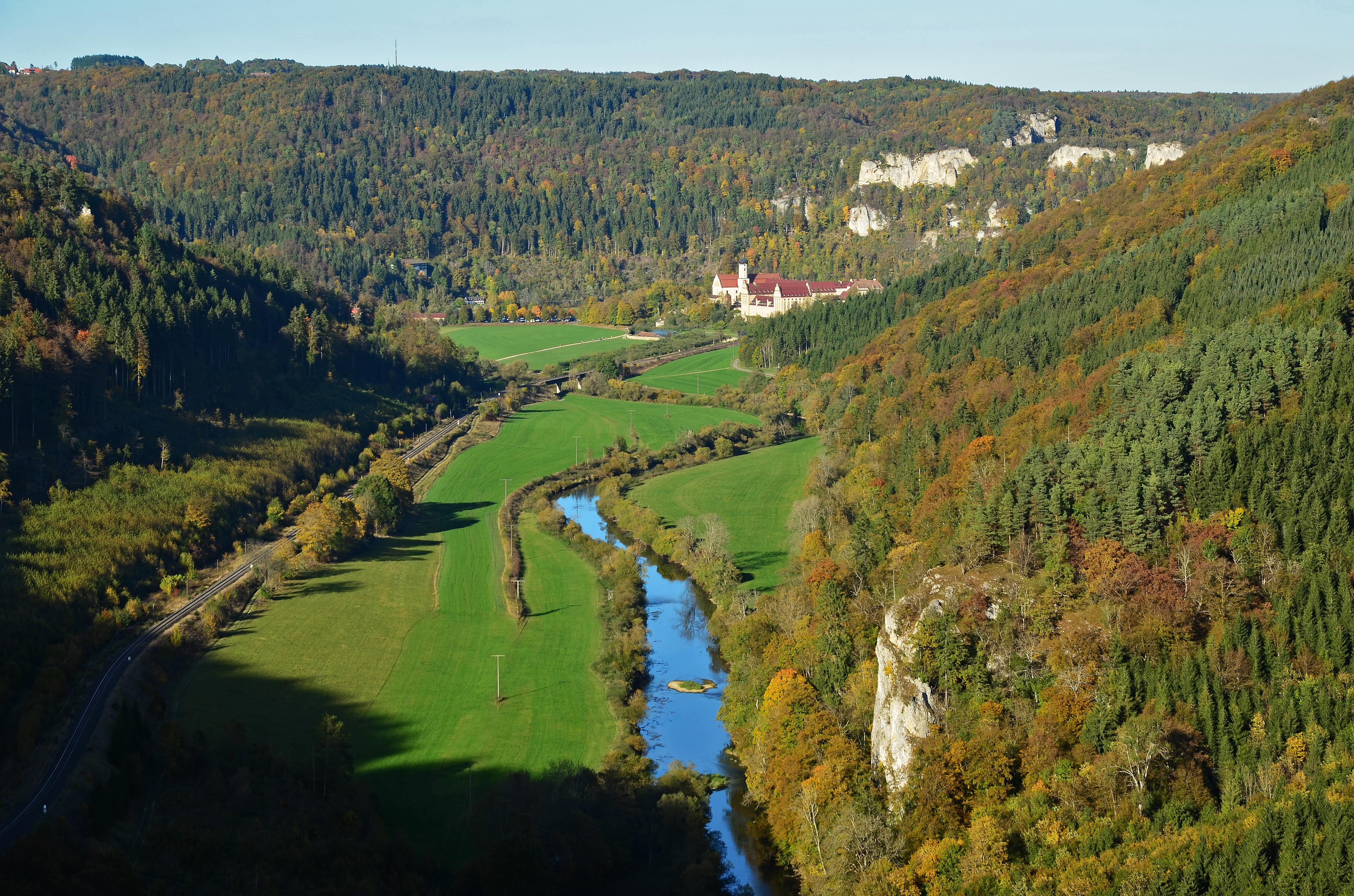 Naturpark Obere Donau, Blick ins Donautal zum Kloser Beuron.jpg