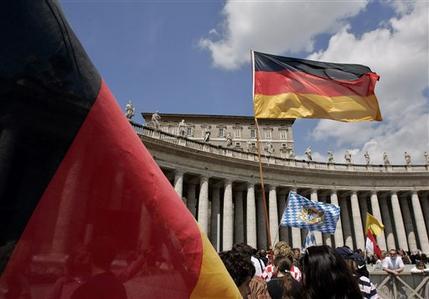 Petersplatz: Mit deutschen und bayerischen Flaggen feiern deutsche Pilger die Wahl Papst BenediktsXVI.