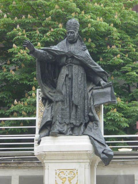 Pope_Benedict_XV_statue.jpg