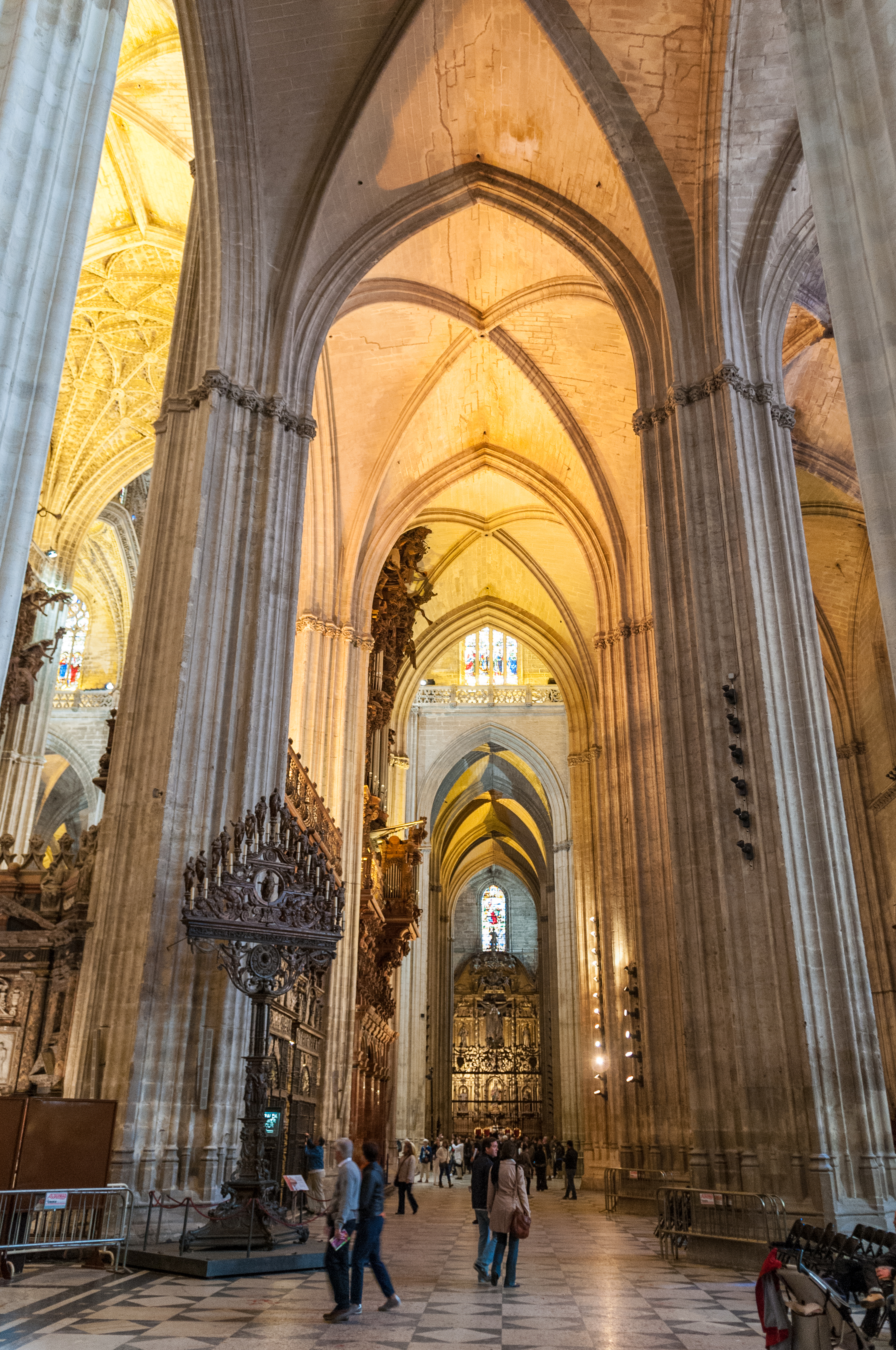 File seville cathedral 6931811902 jpg wikimedia commons - Catedral de sevilla interior ...