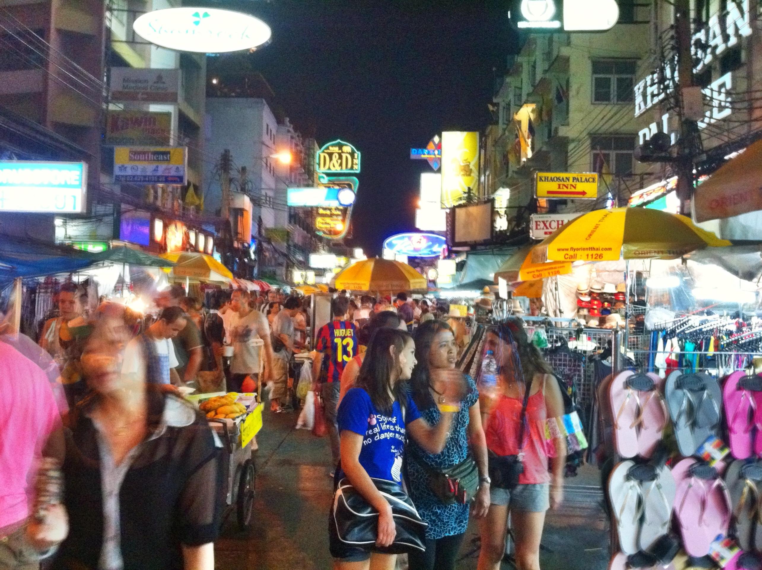File:Shopping at Khao San Rd (6491938909).jpg - Wikimedia ...