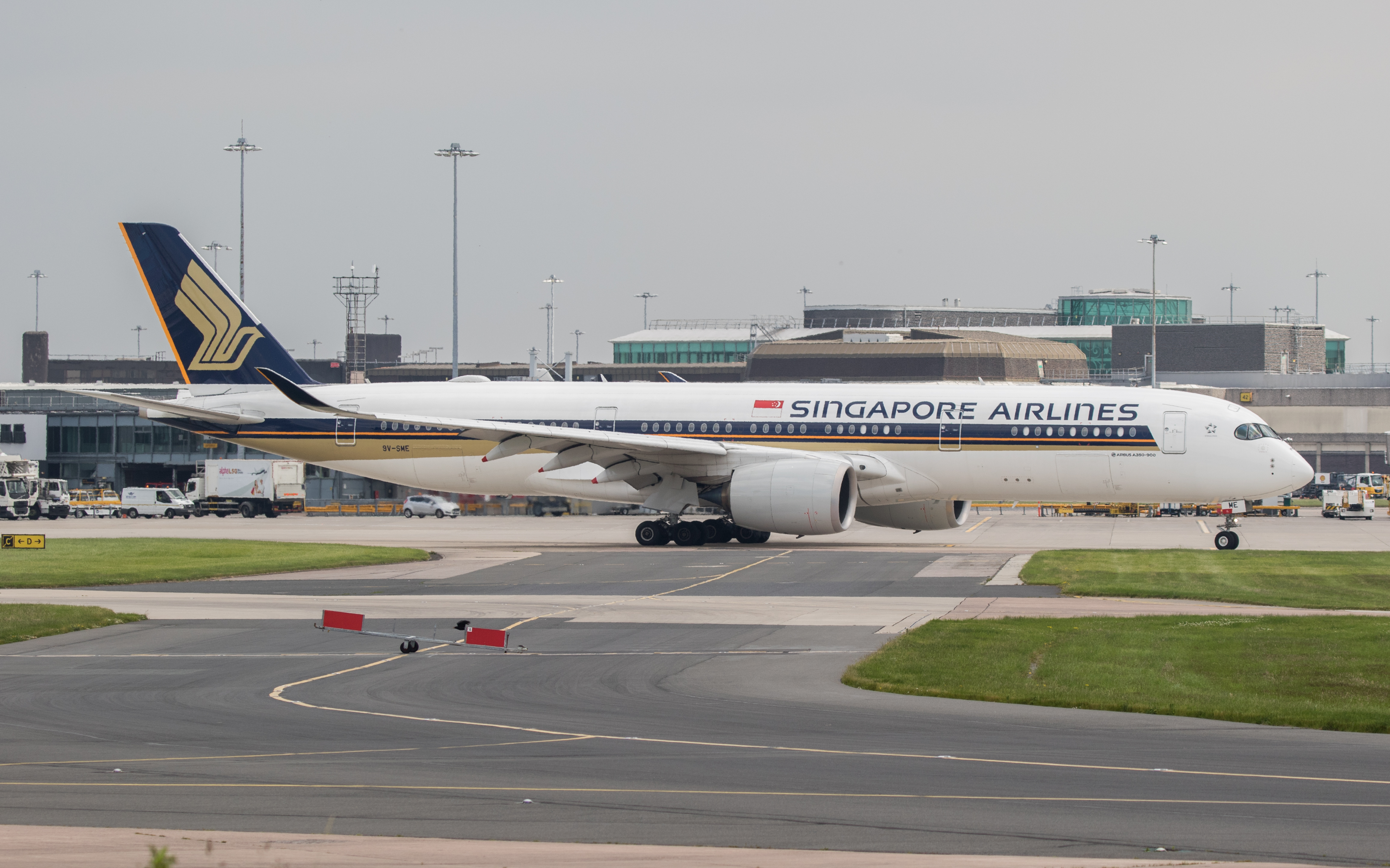 File:Singapore Airlines A350-941 (9V-SME) taxiing at