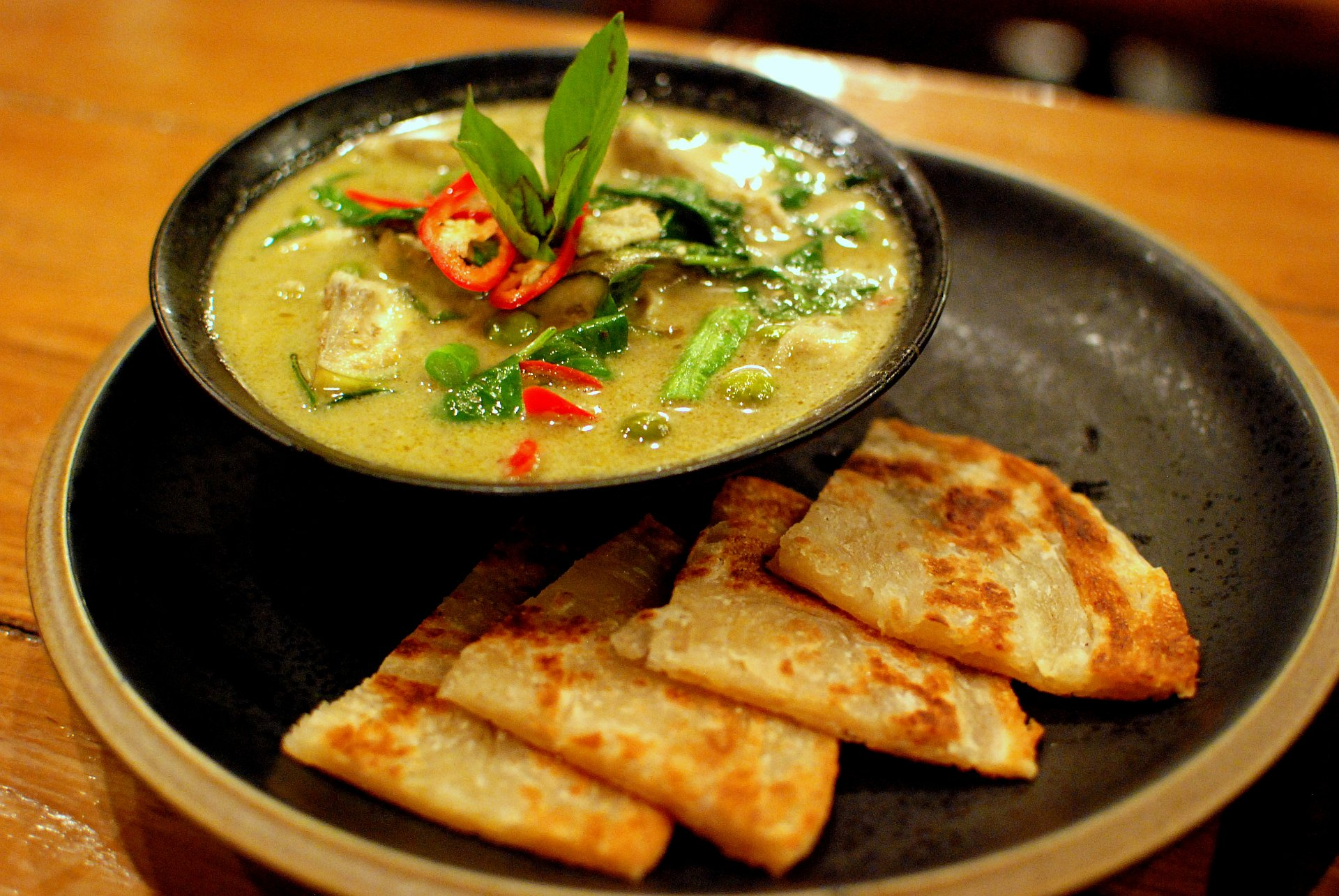 https://upload.wikimedia.org/wikipedia/commons/e/e5/Thai_green_chicken_curry_and_roti.jpg