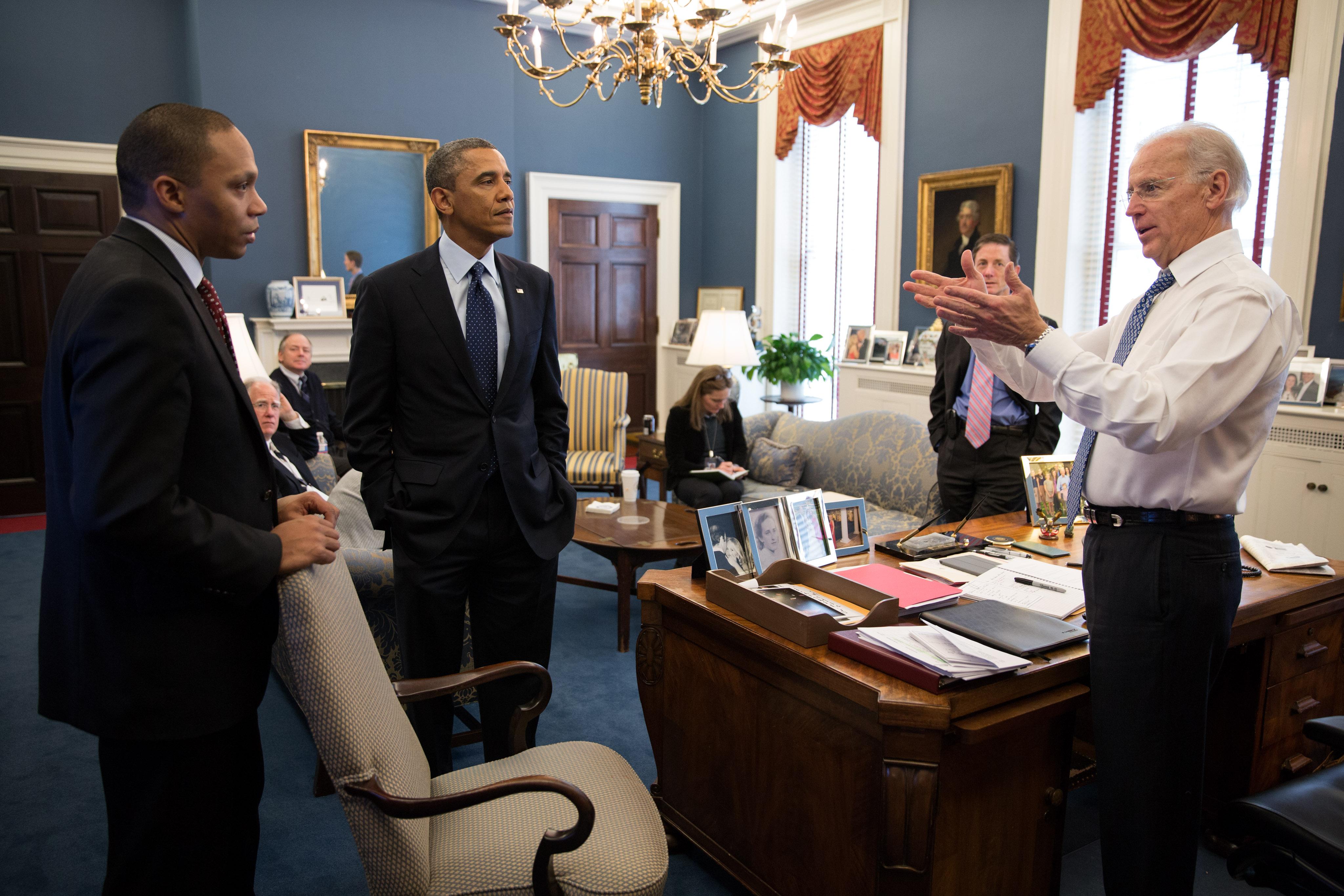 Oval Office Rug File Barack Obama And Joe Biden In The Vice President S