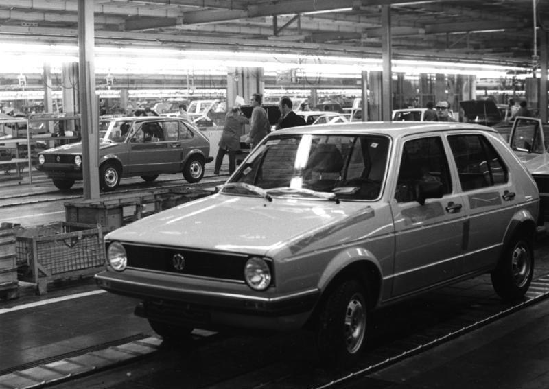 Bundesarchiv B 145 Bild-F054863-0012, Wolfsburg, Volkswagen, Produktion VW Golf