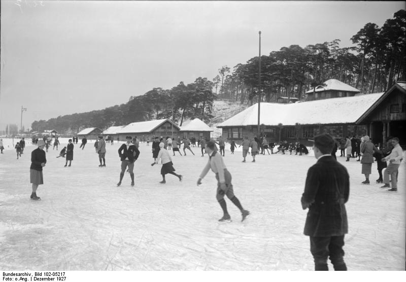 Bundesarchiv Bild 102-05217, Berlin, Freibad Wannsee als Eisbahn