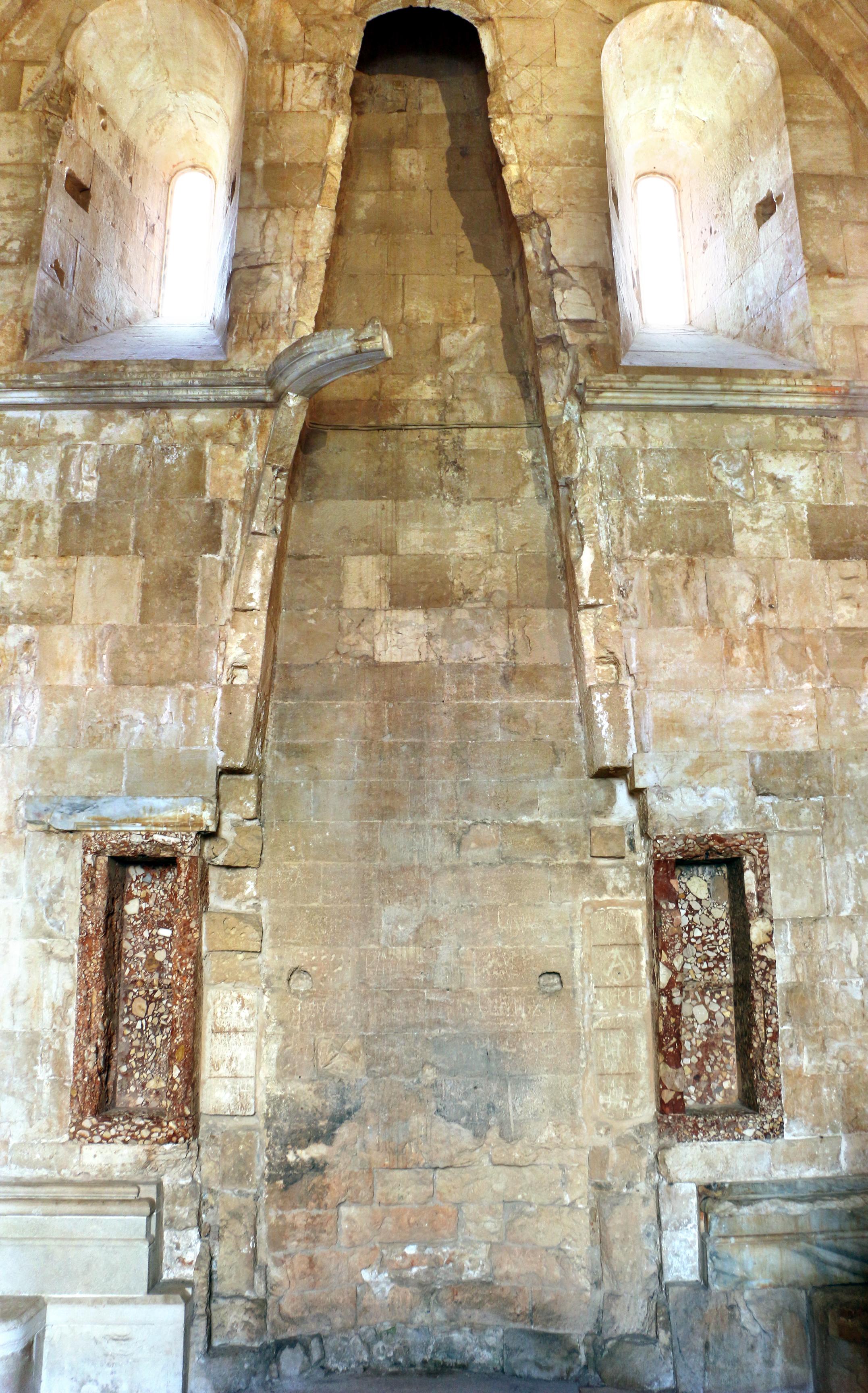 File castel del monte interno stanze camino for Interno help