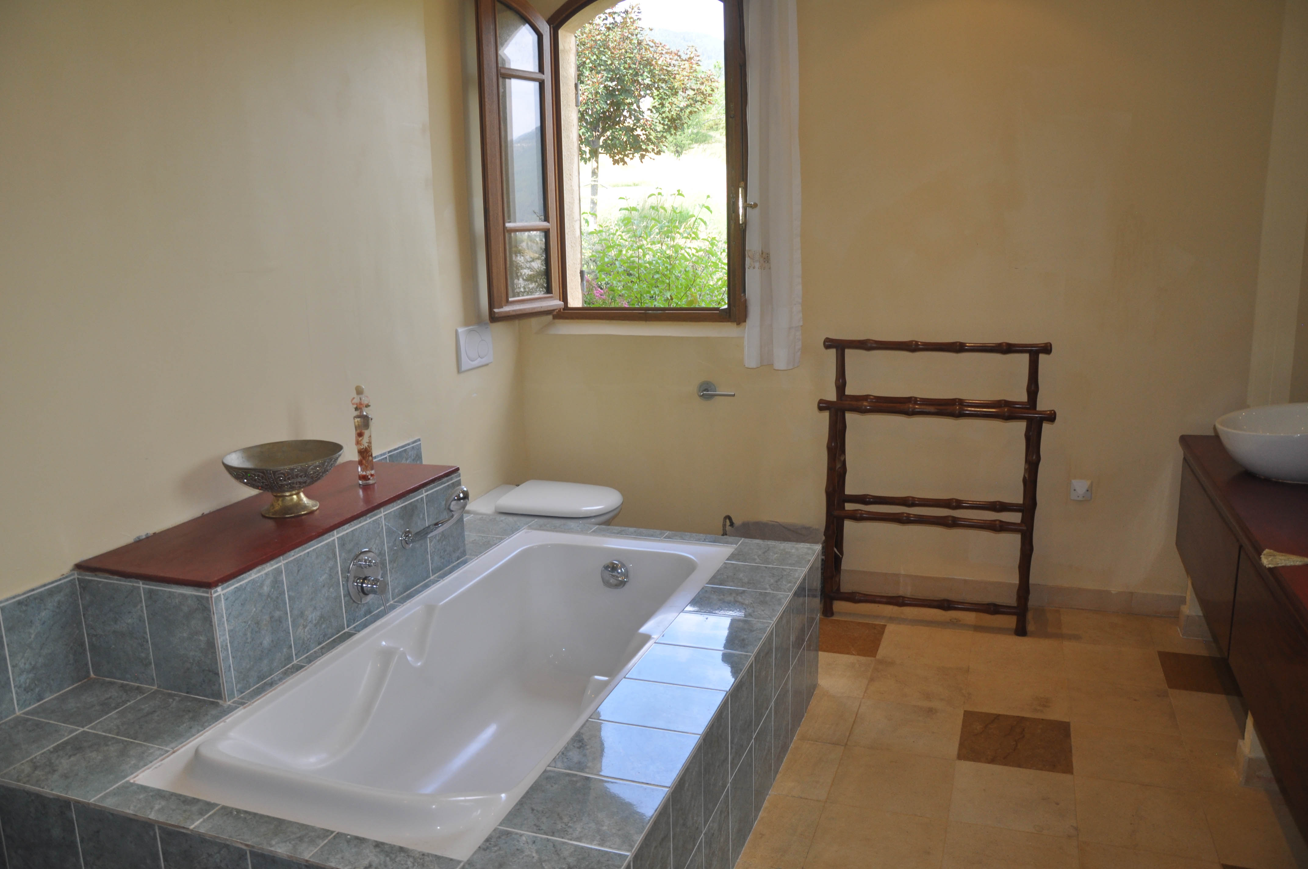 File:Château de Méouilles Salle de bain moderne.jpg ...